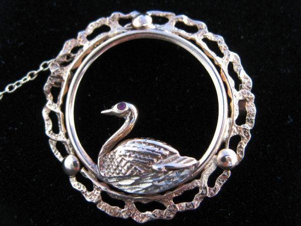 9k Swan on her Nest Brooch